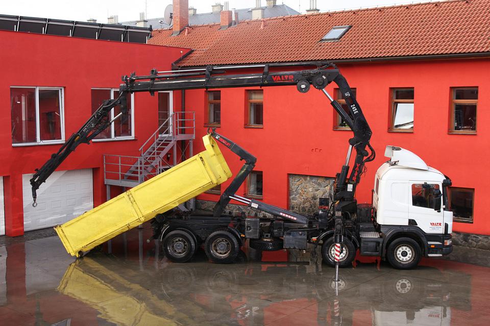 SCANIA-a-práce-hydraulickou-rukou